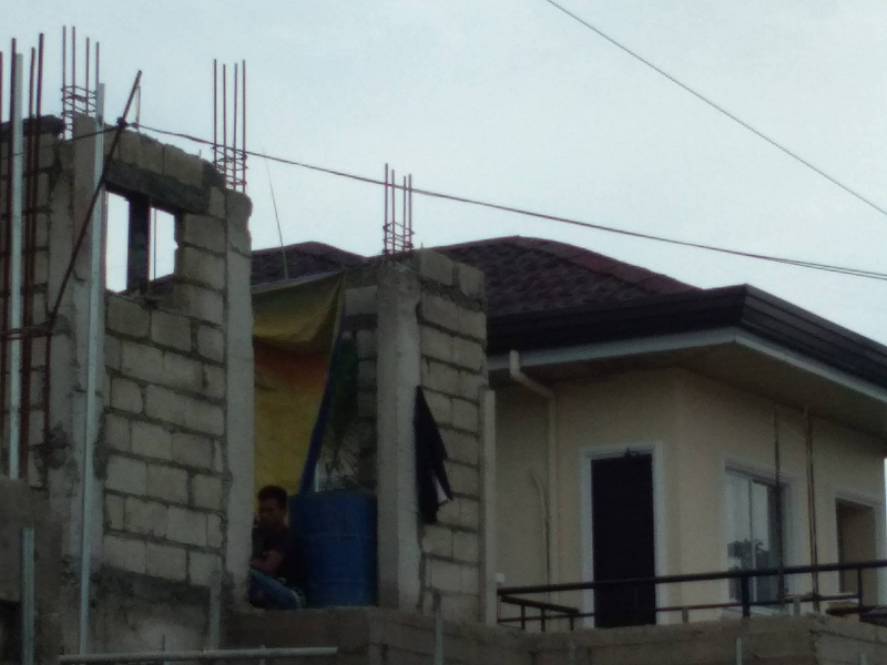 onduline roofing with man